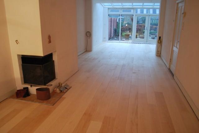 Maple planken vloer tapis gelegd en geolied