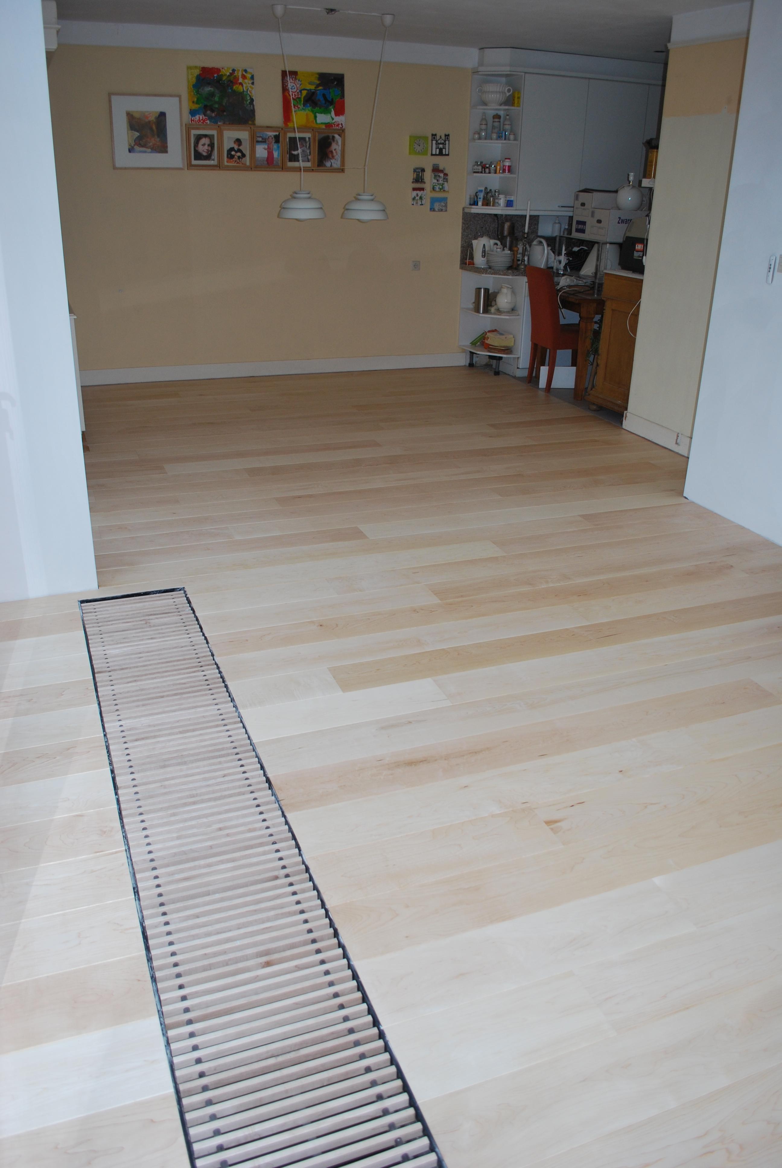 maple planken vloer tapis gelegd.